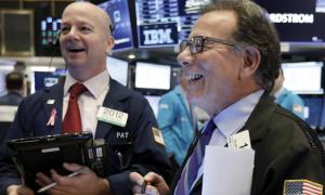 Phố Wall khởi sắc nhờ thông tin tích cực về giá dầu, cổ phiếu nhóm năng lượng bứt phá, bất chấp số đơn trợ cấp thất nghiệp tăng kỷ lục